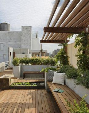 terraza ajardinada con deck, asiento integrado y estanque