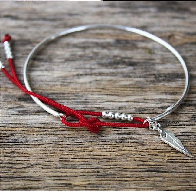 bracelet jonc fin perles et feuille argent sur cordon