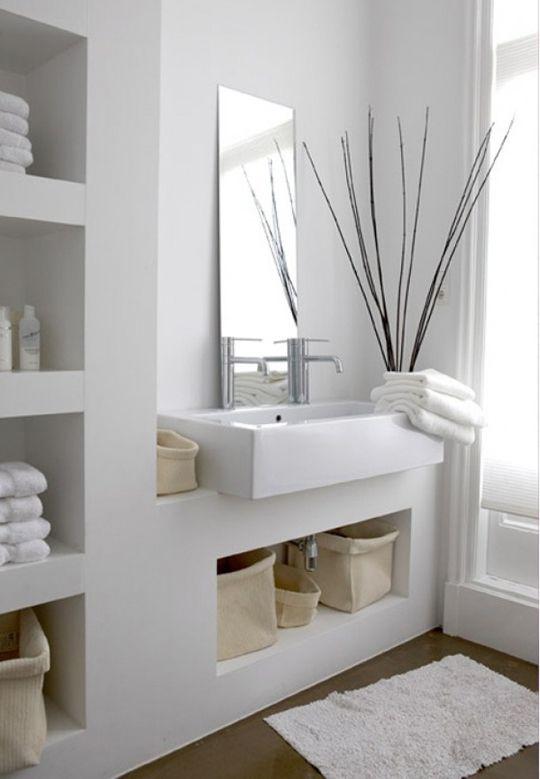 Eine weiße Einrichtung kann man auch toll mit einem hochwertigen dunklen Boden kombinieren. Im Bad sorgt das für besondere Gemütlichkeit.