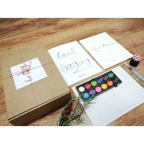 Aprende a escribir bonito desde casa y a tu ritmo. Kit de teoría, prácticas y material para aprender Lettering con pincel