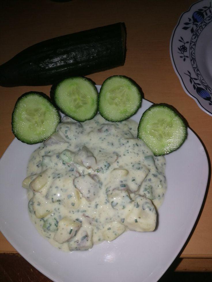 Kartoffelsalat ohne Mayonnaise....die ersetze ich mit Kefir würze mit Kräuter zb. Tk für Frankfurter  Soße.. Lauch-Zwiebel.,Kurkuma, Prise Zimt, Prise Salz und Pfeffer.... Guten Appetit.... Leicht,sehr erfrischend und macht satt