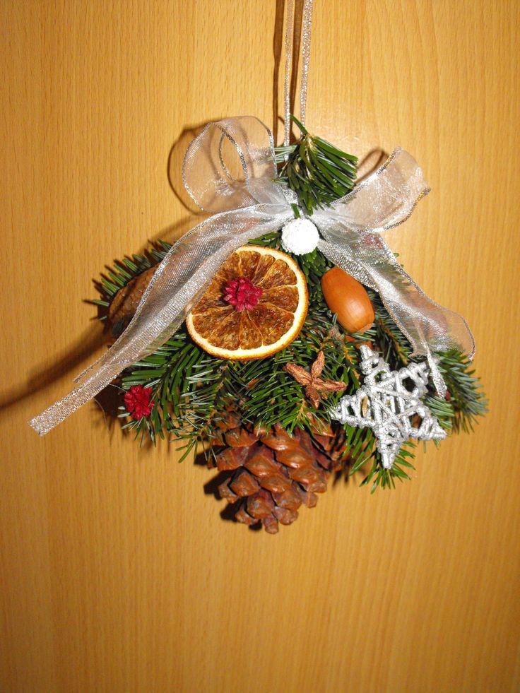 Karácsonyi dekoráció nagyméretű tobozból, fenyőágból, és termésekből.