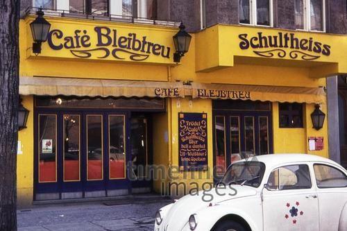 Cafe Bleibtreu in Berlin, 1973 mvoelkel/Timeline Images #bunt #gelb #farbenfroh #vintage #70er #Berlin #Oldtimer #VW #Café