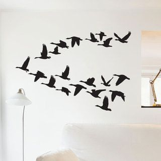 Un sticker à l'esprit nature avec cet envol de canards sauvages qui insuffle un vent de liberté dans votre décoration. Ce sticker est composé de 20 silhouettes de canards placées comme sur la photo