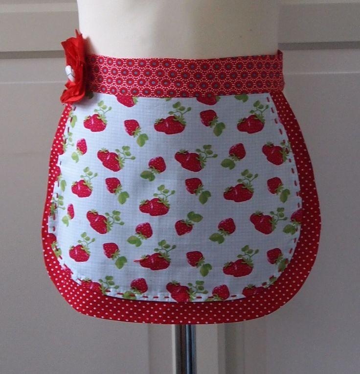 Kinderschort Suzy - € 17,95.  Suzy is een schattig meisjesschortje met aardbeitjes en dat uit twee laagjes bestaat. Je kleine meid zal dit schort graag dragen om je te helpen in de keuken of om te knutselen. Ze zal het niet meer uit willen doen!  Wil je dit schortje bestellen: mail me dan info@schortenvanarrabel.nl of kijk op mijn website www.schortenvanarrabel.nl Verzendkosten zijn € 2,25.