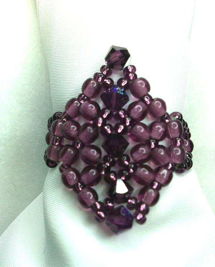 Préselt és swarovski gyöngyökből készült egyszerű gyűrű.