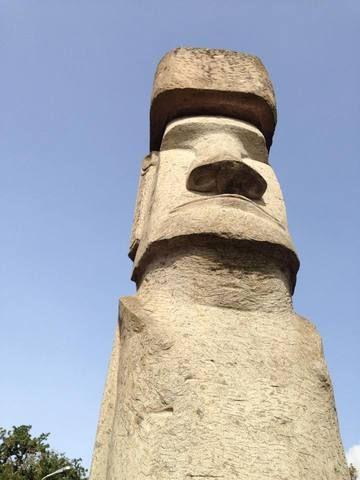 Il primo moai nato al di fuori dall'isola di Pasqua si trova nel cuore d'Italia, a Vitorchiano, nella Tuscia.