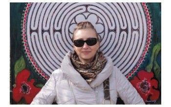 """""""Maluję obraz o swoim życiu"""" – rozmowa z artystką Karoliną Cegiełkowską – Karalay."""
