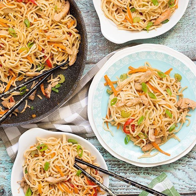 If you have ever been in Chinese restaurants, you might have tried Chicken Lo Mein. It's one of the most popular dishes there! But did you know that you can make it at home? It's really easy and quick to prepare. Perfect weeknight dinner! Recipe on cookingtheglobe.com 👈 #recipe #China #Chinese #chicken #takeout #buzzfeast #huffposttaste #f52grams #foodgawker #eeeeeats #feedfeed #foodstagram #buzzfeedfood #tastemade #thekitchn #forkyeah #easyrecipe #yahoofood #bhgfood #cookit