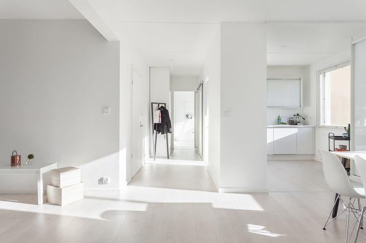 Kaunis valkoinen koti. Inarian liukuovet eteisessä sekä keittiön yläkaappina. #valkoinen #keittiö #liukuovet #eteinen