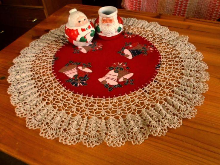 Crochet Christmas doily. Mantelito en tela agamuzada y con borde en hilo que tejí a crochet.