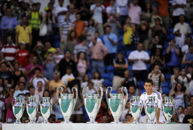1. Real Madrid : 549,5 millions € Au sommet de ce classement pour la dixième année consécutive, le Real Madrid cumule 549.5M d'euros de revenus dont 42% est lié au merchandising (231.5M €), 37% aux droits audiovisuels (204.2M €) et 21% à la billetterie (113.8M €). Si le club merengue a, une nouvelle fois boosté ses revenus, il le doit en partie à sa dixième victoire en Ligue des Champions.