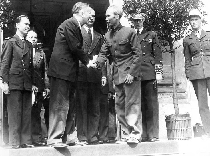 Légende: On 2 July 1946, Ho Chi Minh, President of the Republic of Vietnam, is received by Georges Bidault, French Prime Minister, during an official visit to discuss future relations between France and Indo-China. Source: M. Bidault reçoit officiellement M. Hô Chi Minh. Keystone, 1946. Noir et blanc. Copyright: (c) Keystone
