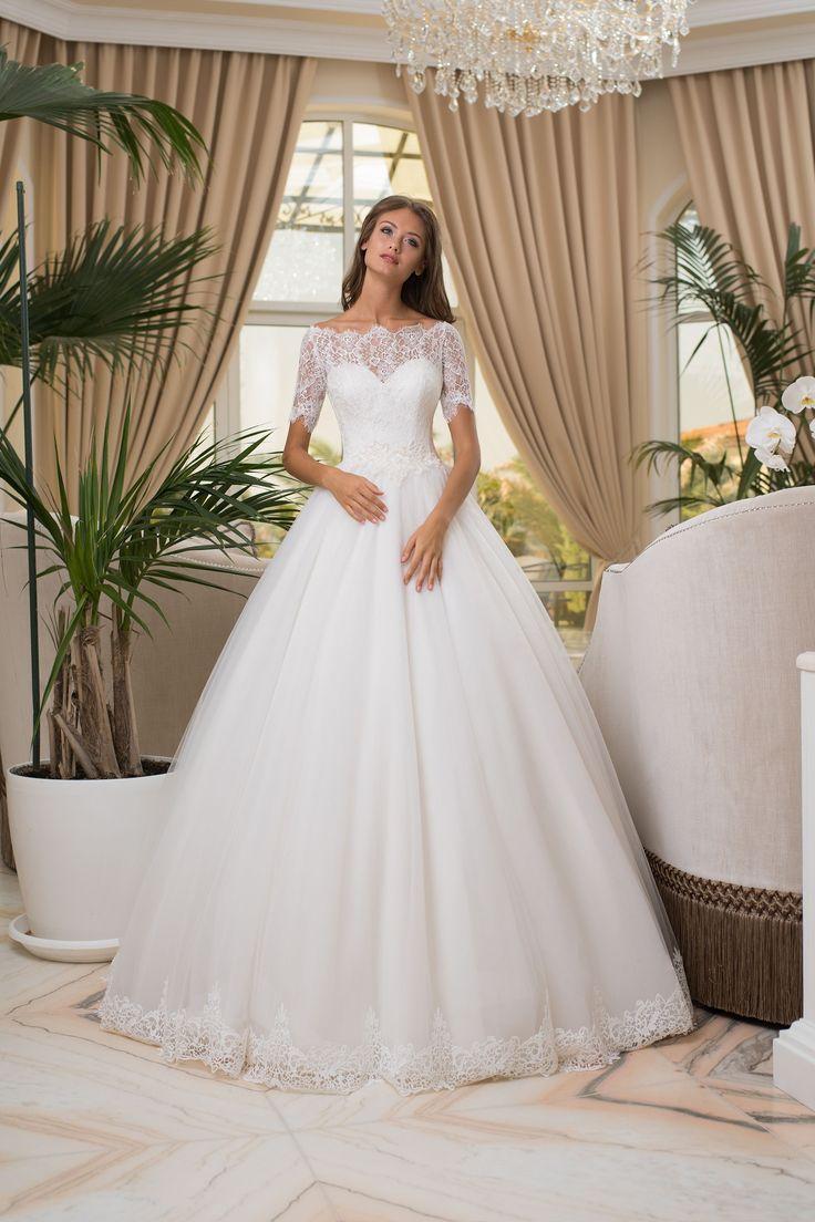 Nádherné svadobné šaty so širokou sukňou zdobenou čipkou a krásnym zdobeným vrškom