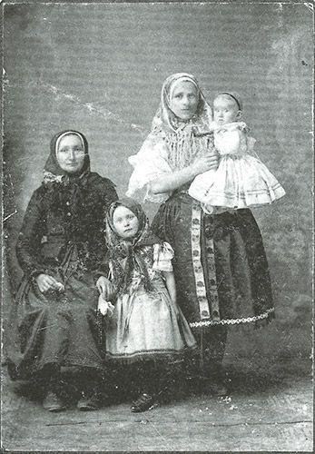 Orešansky v tradičnom ľudovom odeve, 1895. Hornoorešanský (Trnavský) ľudový kroj.