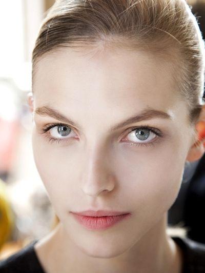 De nude look - Dit zijn dé make-uptrends van dit najaar #blush #eyeliner #model #beauty #makeup #ELLE