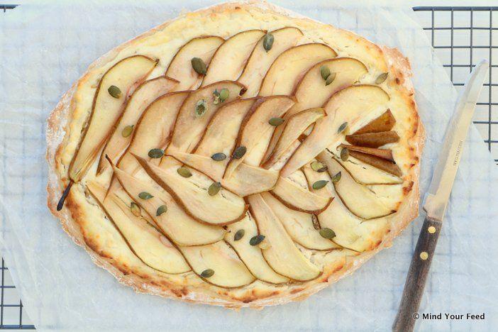 Een winnend recept voor zoete flammkuchen! Deze flammkuchen met peer en roomkaas is een combi van zoet, maar toch ook hartig. Bij de borrel of bij een feest