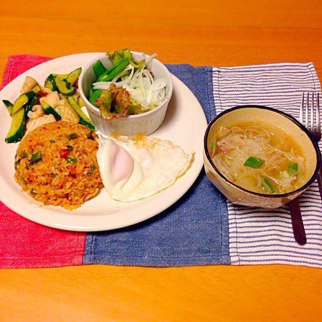 今日の晩御飯はナシゴレン、胡瓜とイカの中華炒め、サラダ、汁ビーフン。いただきます。 - 24件のもぐもぐ - 今日の晩御飯 by yujimrmt