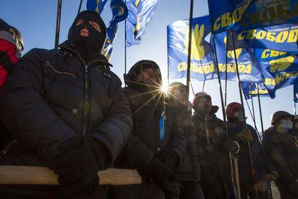 Киев и самопровозглашенные республики обвинили в нарушении прав человека       Власти Украины и самопровозглашенных Донецкой и Луганской народных республик (ДНР и ЛНР) занимаются незаконными задержаниями и преследуют журналистов, при этом Киев также саботирует следствие в отношении лиц, ответственных за столкновения во время Евромайдана, говорится в докладе Amnesty International.