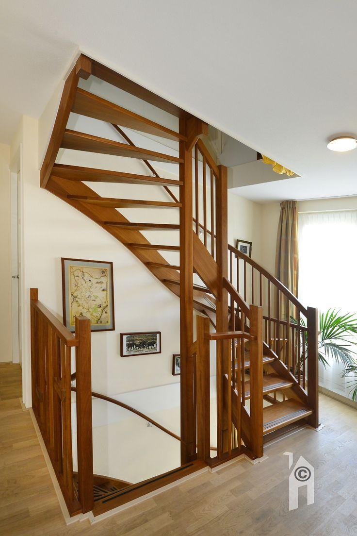 Vaste trap naar de verdiepingen.