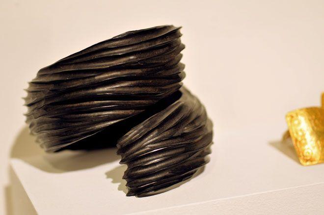 Une manchette en ébène massif de Christophe Tissot - Galerie Cipango