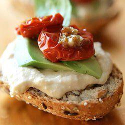 Kanapka z hummusem, awokado i suszonymi pomidorkami | Kwestia Smaku