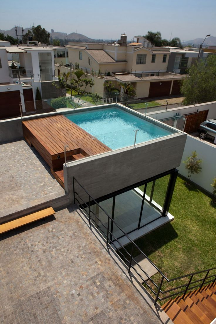 Une #piscine haut perchée. Un petit bassin installé sur le toit d'une maison très moderne protégé sur 3 côtés par une barrière en verre. Comme quoi la piscine peut vraiment s'installer n'importe où ! @Vivre ma Piscine