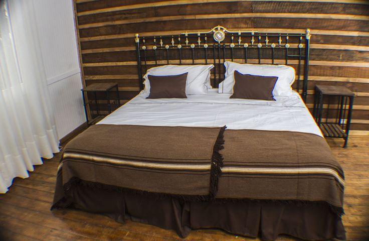 El respaldo de cama y veladores están hechos con antiguos catres de fierro. #habitacion #hotelboutique #chile #magallanes #travel #puntaarenas
