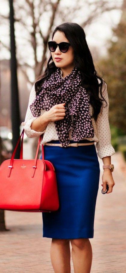 Blusa mangas larga de botones al frente con falda azul, bufanda con pequeños corazones y cartera color rojo coral
