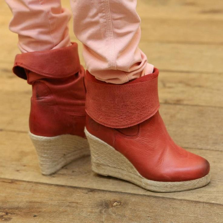Ook de rode enkellaars is niet meer weg te denken uit ons modebeeld!