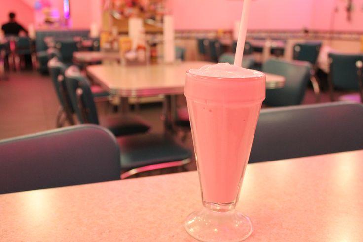 Cheeburger Cheeburger: burgers, laits frappés et rondelles d'oignons rétros   NIGHTLIFE.CA