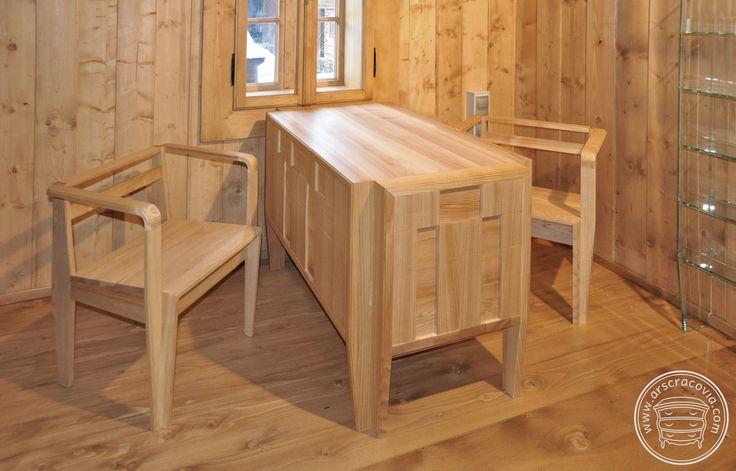 Recepcja z krzesłami wykonana z litego, kolekcjonowanego i olejowanego jesionu. Drewno ułożone w przestrzenny dwupłaszczyznowy wzór.