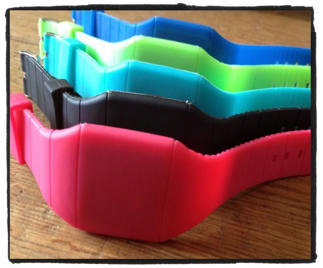 Digitale #horloges in vrolijke #zomerse kleuren. Druk op het 'scherm' en de tijd komt tevoorschijn voor 5 sec. Geeft ook datum en secondes weer. Voor €9,95 bij www.stiksels.com