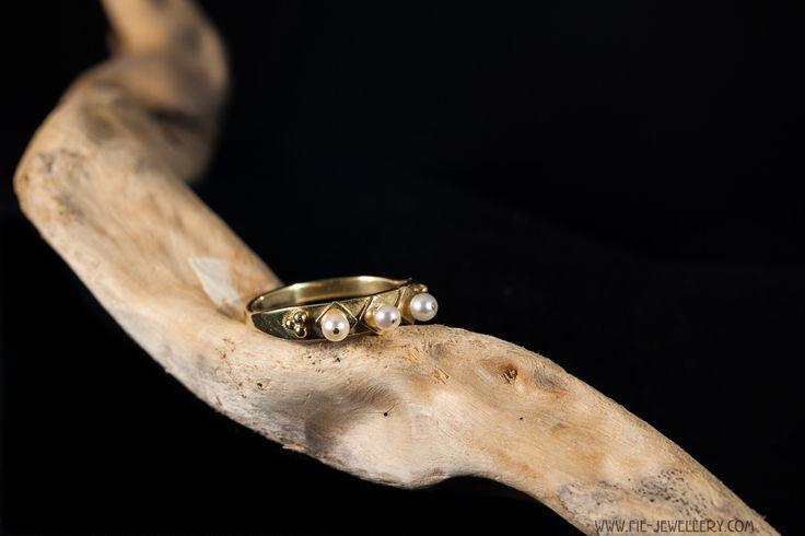 14 karaat gouden ring met 3 zoetwater pareltjes en diverse gouden versieringen   14 carat golden ring with 3 sweetwater pearls and various golden decorations