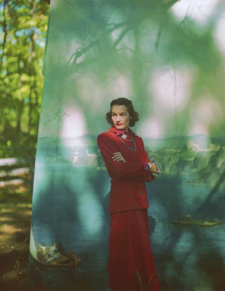 Lorsque Leslie Gill et Frances McLaughlin, tous deux photographes de talent, se sont mariés en 1948, deux mondes photographiques ont fusionné. Leslie Gill a collaboré pendant des années avec Alexander Brodovitch, le directeur artistique légendaire de Harpers Bazaar, et s'est ensuite concentré sur la photographie de nature morte.