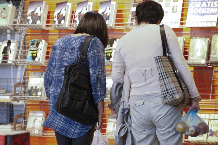 Boeken bekijken #Stationsbieb #TrainStationLibrary