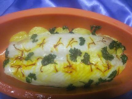Filet de poisson sur un lit de pommes de terre safrané  au micro-ondes.