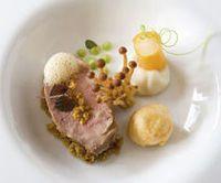 Zacht gegaarde varkenswang met trappist van Westvleteren, puree van aardpeer, twee bereidingen van schorseneer en gestampte erwten