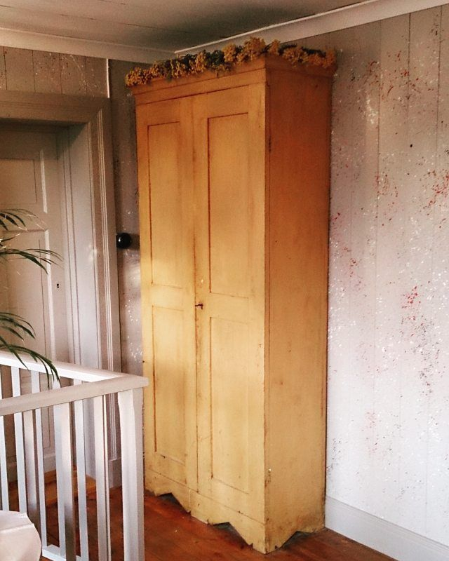 Idag plockade jag renfana och lade uppe på gamla linneskåpet. Både barnsäkert och snyggt . Här i övre hallen är det fernissade golvet gammalt, väggar och lister nya (jag stänkmålade med vitt, svart och rött) och taket är återanvänt från ett annat gammalt hus. #renfana #linneskåp #stänkmålat #grönumbra #fernissa #byggnadsvård #sallinggarden