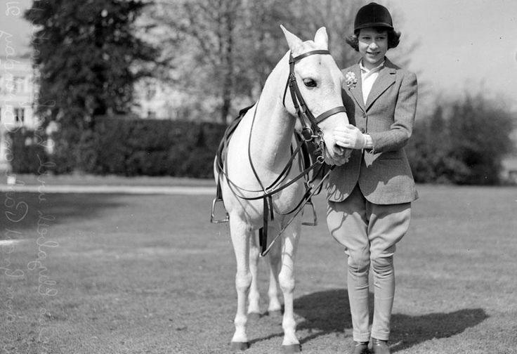 Passionnée d'équitation, la reine continue de monter à cheval sans bombe. | GETTY IMAGES