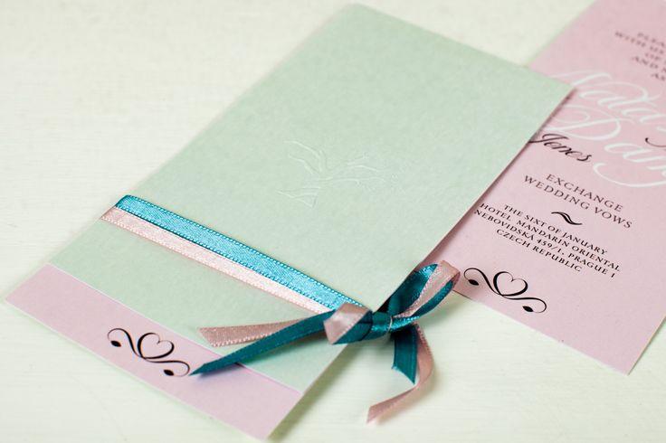 Svatební oznámení s výraznou ražbou vyrobené z metalického papíru ve dvou barvách. Doplněno stužkou.