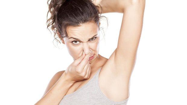 Když se zpotíte během cvičení nebo sníte hodně cibule a neřešíte to, nejspíš tím svému okolí trošku znepříjemníte život. V těchto případech ale pravděpodobně pomůže sprcha, deodorant nebo ústní voda. Pokud však na sobě někdy cítíte, že zapácháte bez evidentní příčiny, nepřehlížejte to.