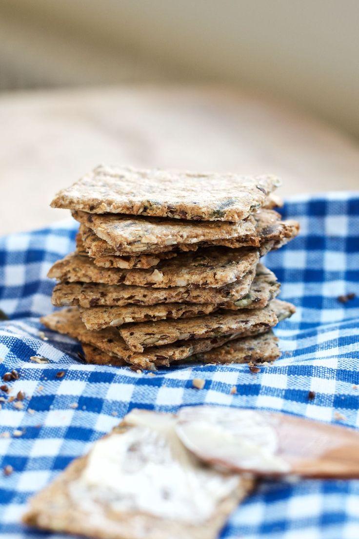 Hjemmelavet knækbrød er nemt at lave og udgør en alletiders snack i løbet af dagen. Rugmelet gør, at de er ekstra mættende, og så smager de fantastisk!