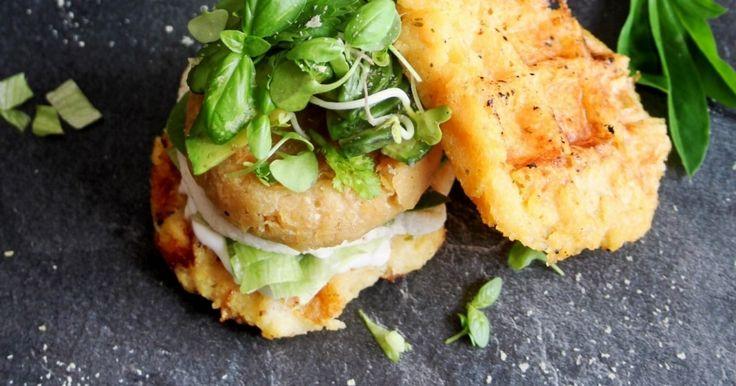 Quinoa-Linsen Burger auf Polentawaffeln ✓ Herzhaftes zu Mittag oder Abend ☆ Jetzt nachkochen!