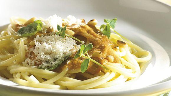 Lekker Italiaans pastagerechtje met tomaten en pijnboompitjes. Dit smaakt naar meer!