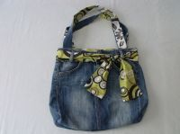 how to recycle old jeans and make new bag diy ENG: http://www.thecreativelab.it/en/accessories/how-to-recycle-an-old-pair-of-jeans-and-make-a-new-bag-diy-tutorial/ tutorial fare una borsa riciclando vecchi jeans fai da te ITA: http://www.thecreativelab.it/it/accessori/tutorial-come-riciclare-un-vecchio-paio-di-jeans-per-creare-una-borsa/
