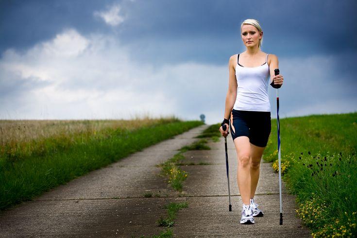 Adepte de la marche et du ski fond? La marche nordique est une activité pour garder la forme, perdre du poids et rester en santé. Voici pourquoi: