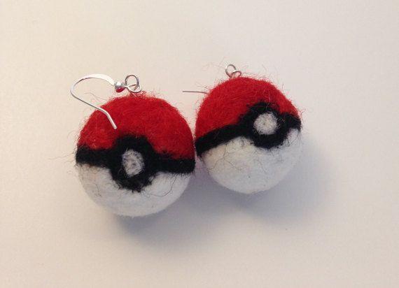 Hecho a mano de fieltro húmedo y aguja de fieltro lana de mecha, estos Pokemon Pokeball pendientes son el accesorio perfecto para jugar Pokemon Go! Las bolas son aproximadamente. 5 de diámetro y ganchos de acero inoxidable.