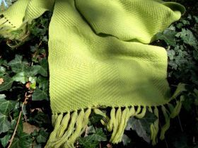 Scarf hand woven on traditional looms. The Warp in merino wool is in various shades of light green and yellow, the texture instead is in light green. #artigianato #madeinitaly #sciarpa #scarf