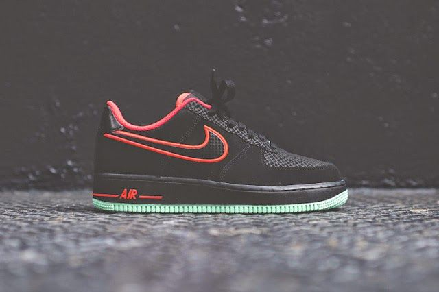 KIX & LIDZ: Nike Air Force 1 Low - Laser Crimson / Arctic Green...Is it a mere coincidence that these new Air Force 1s bear a striking resemblance to the 'Solar Red' Foamposites that also just released? Maybe, but expect to see more of this Yeezy 2-like colour combo through the spring season. If this brooding Air Force 1 ticks all the right boxes for you, head on over to Kith to pick up yourself a pair now.